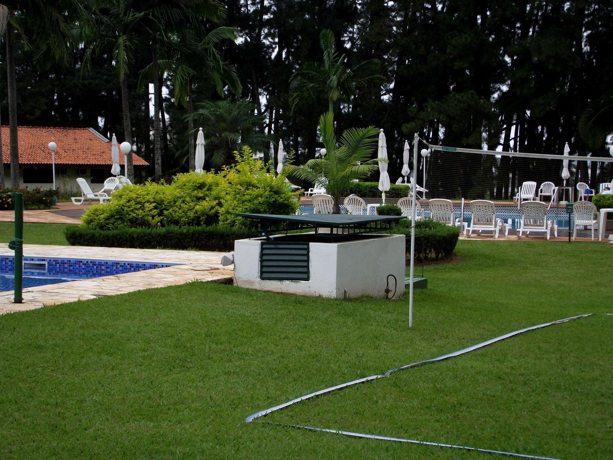 Piscina e campo gramado do SPA Sorocaba